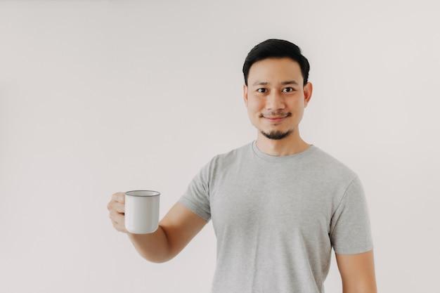 Glücklicher mann hält eine tasse kaffee isoliert auf weißem hintergrund