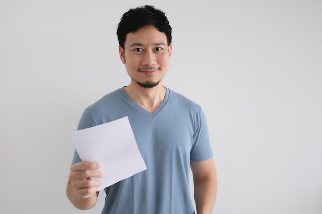 Glücklicher mann hält einen rechnungsbrief auf lokalem weißem hintergrund.