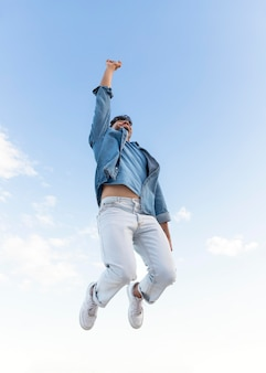 Glücklicher mann im freien, der aufspringt