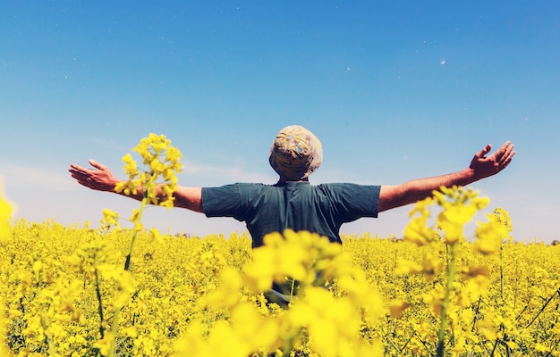 Glücklicher mann im gelben feld
