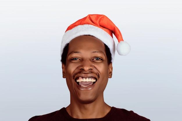 Glücklicher mann im weihnachtshut.
