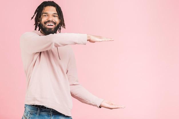 Glücklicher mann in einem sweatshirt