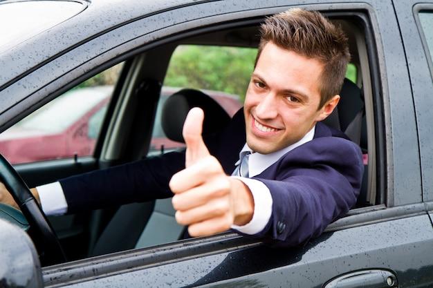 Glücklicher mann in seinem neuen auto