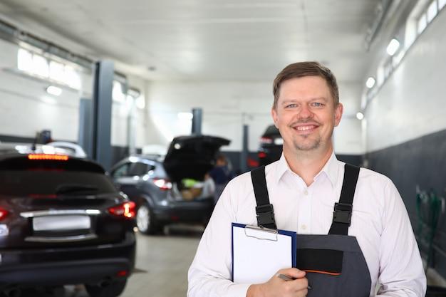 Glücklicher mann mit checklistenpapier