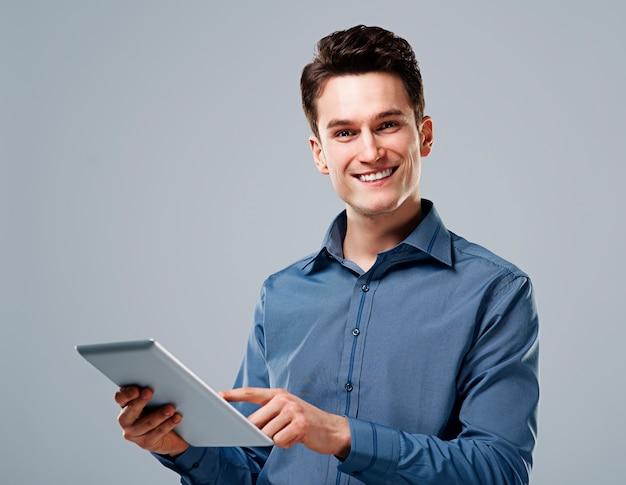 Glücklicher mann mit digitaler tablette