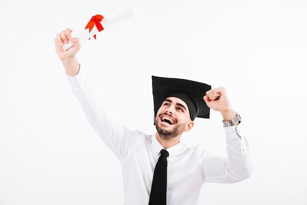 Glücklicher mann mit diplom und akademische kappe