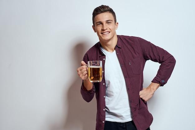 Glücklicher mann mit einem bier in seinen händen