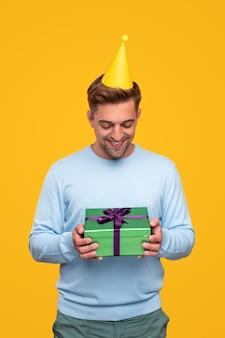 Glücklicher mann mit geburtstagsgeschenkbox