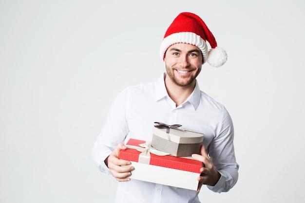 Glücklicher mann mit geschenkboxen