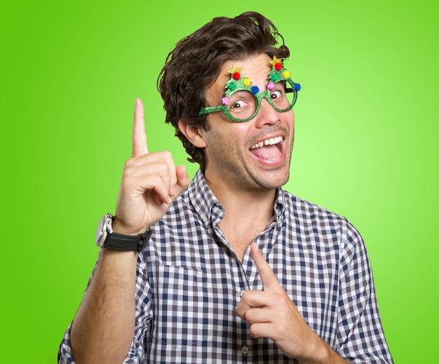 Glücklicher mann mit lustiger brille