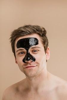 Glücklicher mann mit nasenmaske
