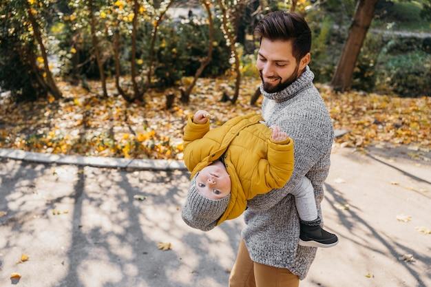 Glücklicher mann mit seinem kind im freien