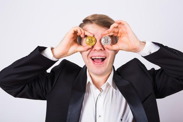 Glücklicher mann spielt mit bitcoin und spielt herum