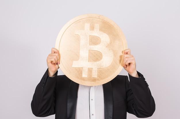 Glücklicher mann spielt mit bitcoin und spielt herum.