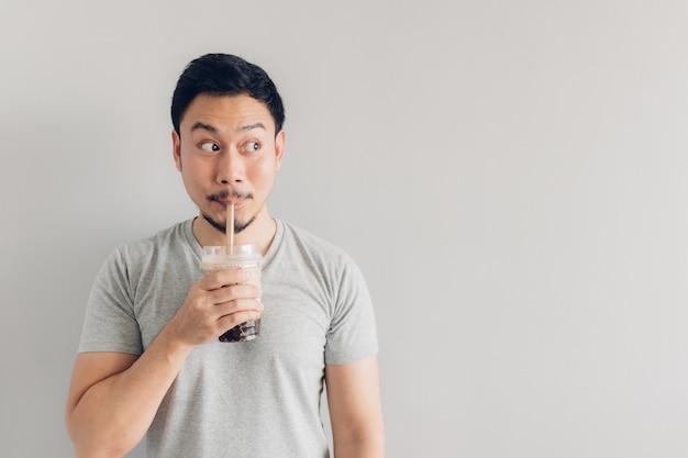 Glücklicher mann trinkt bubble milk tea oder pearl milk tea
