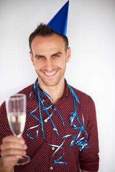 Glücklicher mann und ein glas champagner