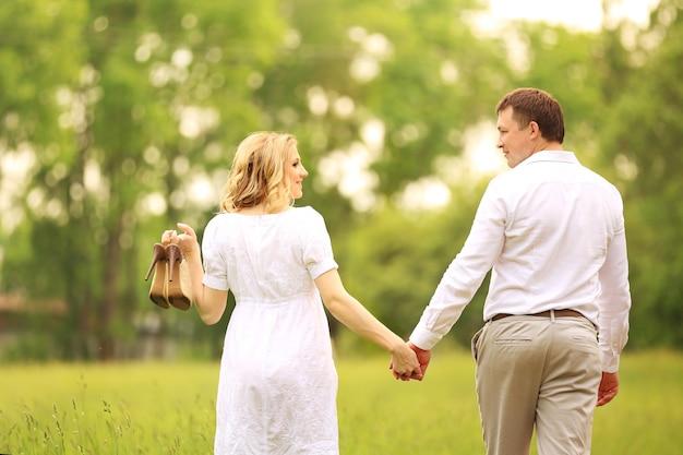 Glücklicher mann und frau auf einem spaziergang