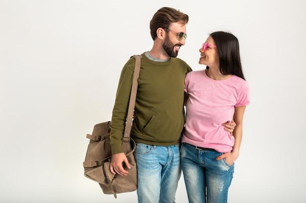 Glücklicher mann und frau, die zusammen reisen, isoliertes lächelndes gehen in der liebe umarmend