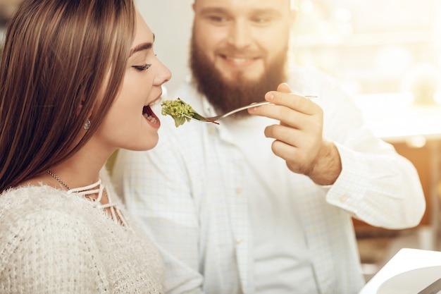 Glücklicher mann und frau essen in einem restaurant zu mittag