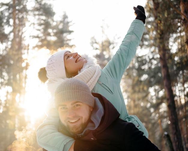 Glücklicher mann und frau zusammen im freien im winter