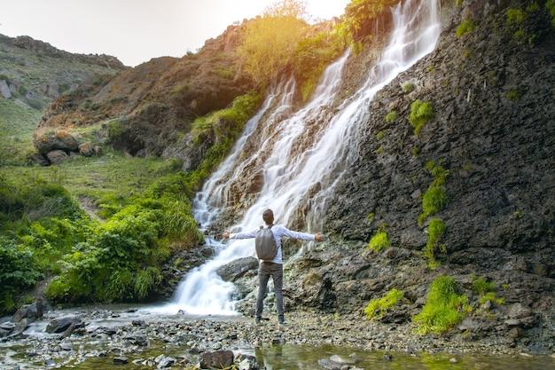 Glücklicher mann und shaki wasserfall in armenien