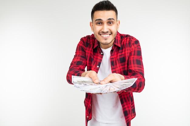 Glücklicher mann zeigt seine geldersparnis auf einem weiß mit kopierraum