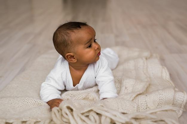Glücklicher mischling-kleinkind-junge. entzückendes kleines afroamerikanerbaby. schwarze.