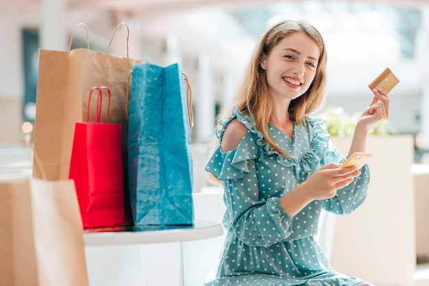 Glücklicher mittlerer schuss des kunden am mall