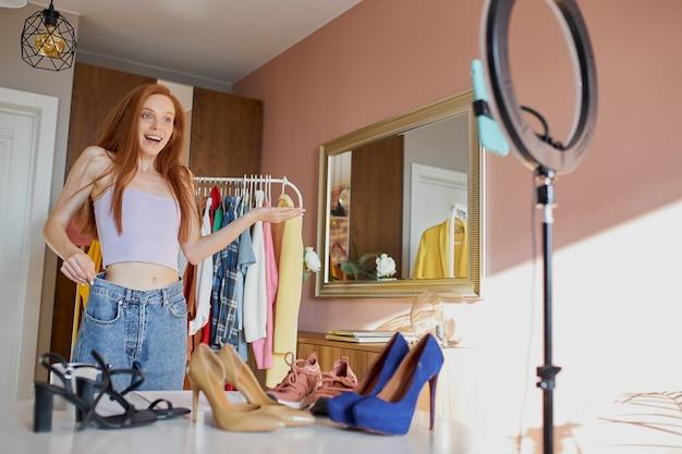Glücklicher modeblogger teilen freude mit abonnenten