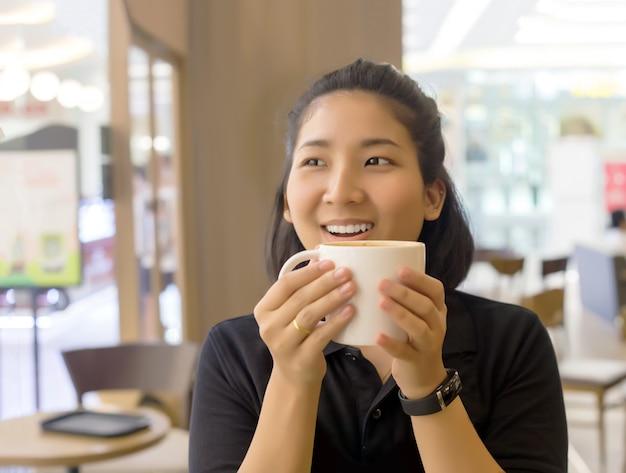 Glücklicher morgen mit einer tasse kaffee