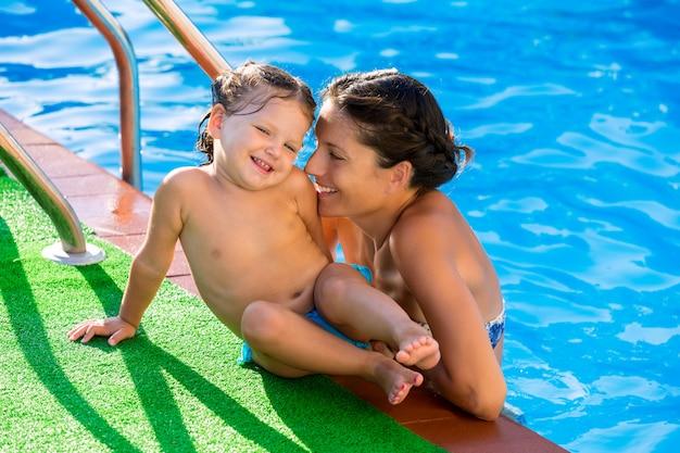 Glücklicher mutter- und babytochterpool