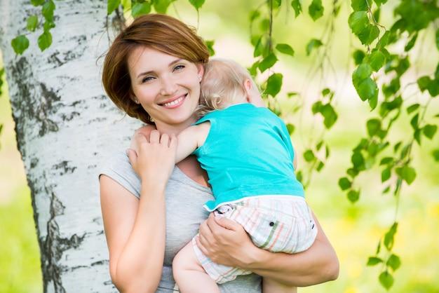 Glücklicher mutter- und kleinkindsohn am feld - außenporträt
