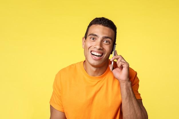 Glücklicher netter kerl beantwortet anruf