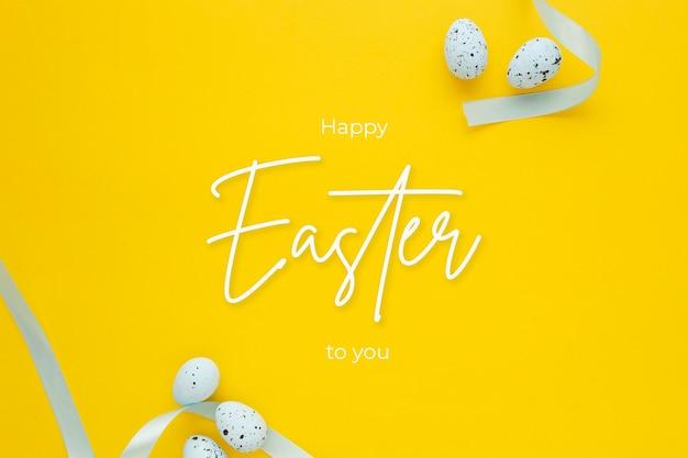 Glücklicher osterhintergrund mit eiern und tulpen und beschriftung