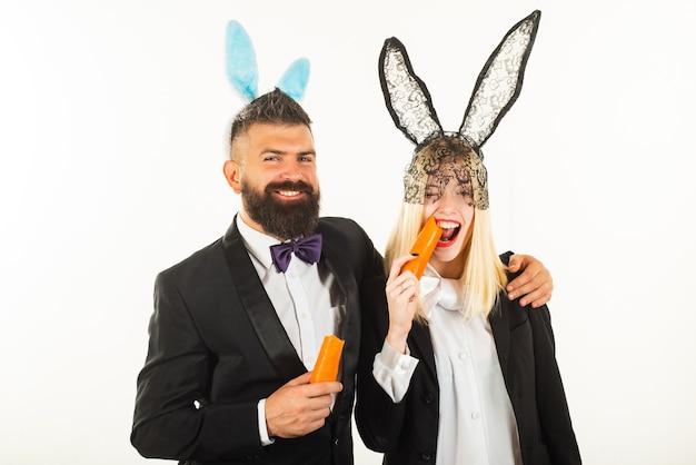 Glücklicher ostern und lustiger ostertag. hasen-hasenohren-kostüm. lustiges paar, das hasenohren am ostertag trägt.