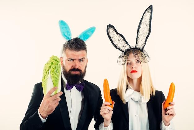 Glücklicher ostern und lustiger ostertag. lustiges osterhasencoupé. zwei lustige kaninchen. lustiges paar in banny ohren.