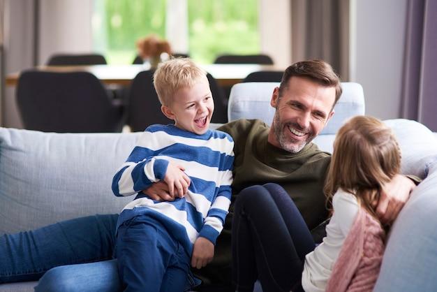 Glücklicher papa und seine kinder verbringen zeit miteinander