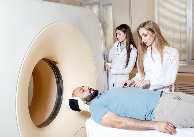 Glücklicher patient, der mri scan am krankenhaus durchmacht.