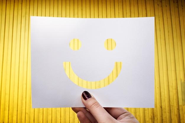 Glücklicher perforierter papiersmileygesicht des happines