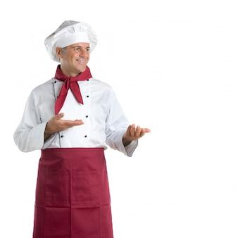 Glücklicher reifer koch, der ihren text oder produkt lokalisiert auf weißem hintergrund zeigt