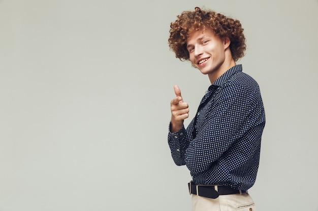 Glücklicher retro-mann gekleidet im hemd stehend und posierend