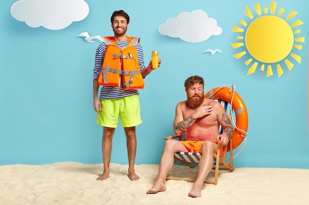 Glücklicher rettungsschwimmer und sonnenverbrannter kerl, der am strand aufwirft