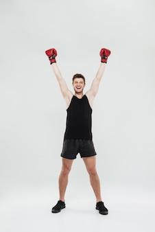 Glücklicher schreiender junger sportlerboxer