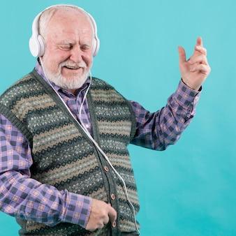 Glücklicher senior, der die musik lebt