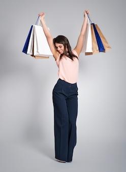 Glücklicher shopaholic nach erfolgreichem einkauf