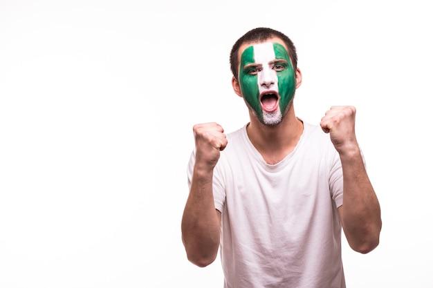 Glücklicher sieg schreien mann fan unterstützung nigeria nationalmannschaft mit gemaltem gesicht lokalisiert auf weißem hintergrund