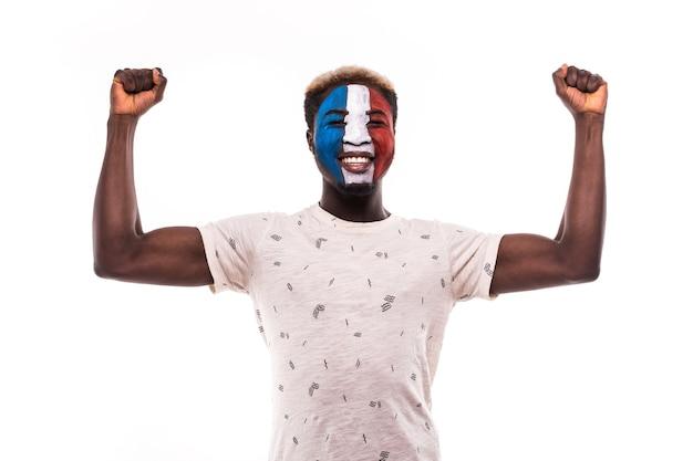 Glücklicher siegesschrei afro fanunterstützung frankreich-nationalmannschaft mit gemaltem gesicht lokalisiert auf weißem hintergrund