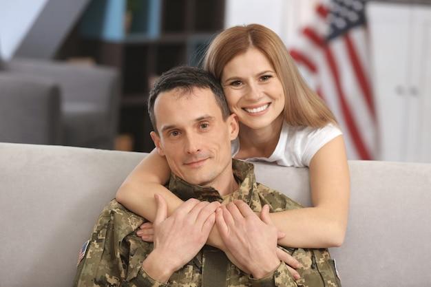 Glücklicher soldat und seine frau zu hause