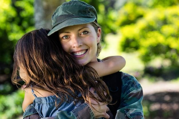 Glücklicher soldat wieder vereint mit ihrer tochter