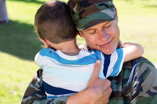 Glücklicher soldat wieder vereint mit seinem sohn